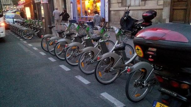A Vélib bike share station in Paris. Photo by Grace Jamieson for La Jeune Politique