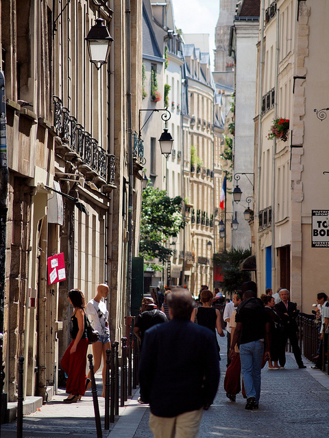 Shoppers in France will find more store closings on Sundays after a recent court decision. Pictured here is a commercial street in the Latin Quarter of Paris. Photo: zoetnet for flickr.